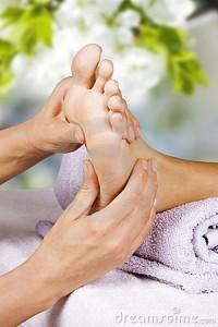 massage-de-pied-dans-le-salon-de-station-thermale-22112562